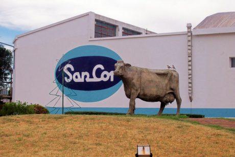 Coronel Charlone - Monumento a la Vaca en fábrica Sancor