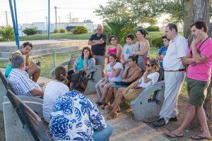 Fernández con vecinos del Barrio García Neira