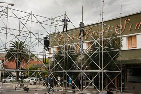 Trenque Lauquen levantan el escenario para el espectáculo del 12 de Abril