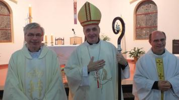 Camagna, Néstor a la izquierda del Obispo
