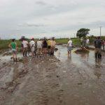 Vecinos arreglan el camino Santa Regina, que los comunica con Cañada Seca