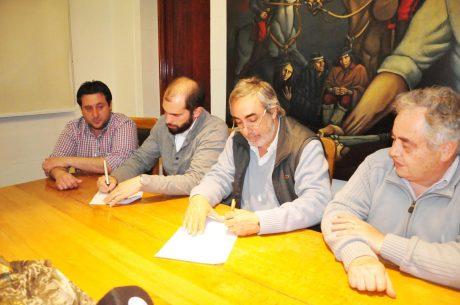 Fernández Miguel firma convenio botones antipánico