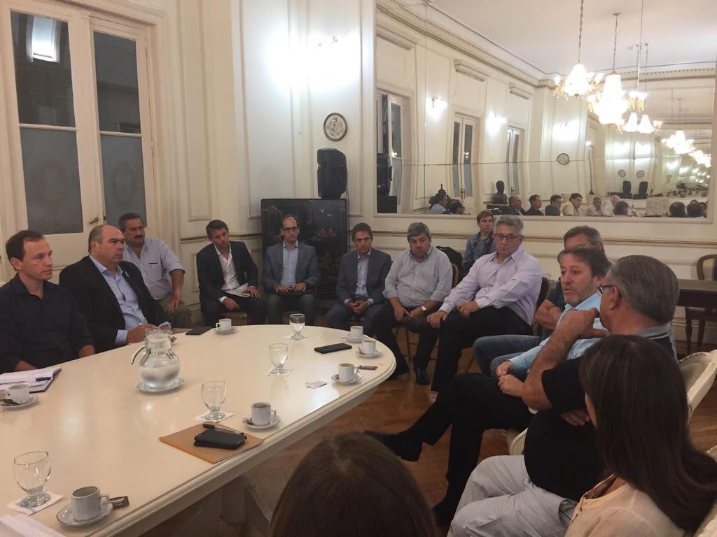 Villeguenses se reunieron con autoridades provinciales y for La camara de senadores